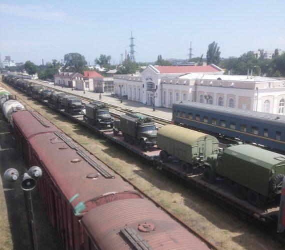 Na sever Krymu dorazily ruské konvoje, Ukrajina poslala k hranicím těžké zbraně — ČT24 — Česká televize 1