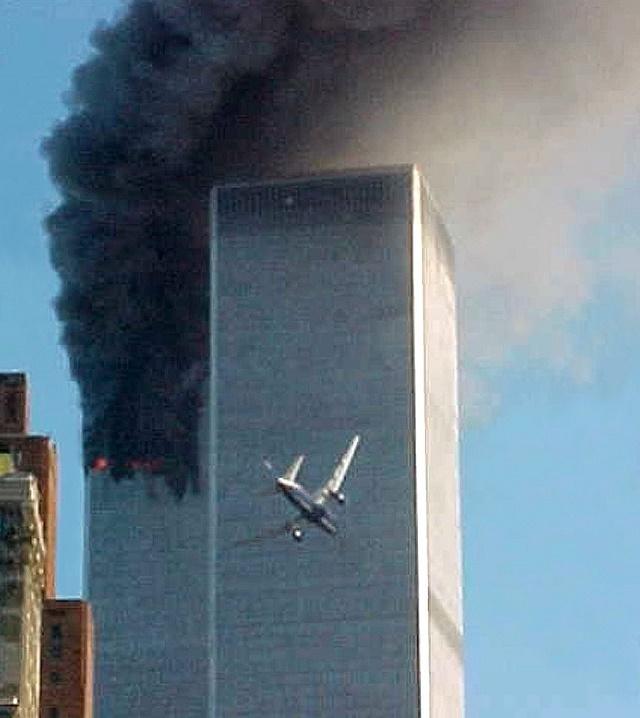 WA6 archív New York - Na archívnej snímke z 11. septembra 2001 letí lietadlo smerom k jednému z dvoch mrakodrapov Svetového obchodného centra v New Yorku. Poèas najbrutálnejšieho teroristického útoku proti Spojeným štátom únoscovia lietadiel narazili do oboch mrakodrapov Svetového obchodného centra v New Yorku, ktoré sa neskôr zrútili. Americký prezident Barack Obama v noci nadnes , 2. mája 2011, v mimoriadnom príhovore k národu oznámil, že vodca teroristickej siete al-Káida Usáma bin Ládin je màtvy a Spojené štáty majú jeho telo.Bin Ládina sa podarilo vypátra v Pakistane, povedal Obama. Tajnú operáciu na jeho zabitie pod vedením USA autorizoval minulý týždeò. Útok, pri ktorom zomrel bin Ládin, bol vykonaný v nede¾u 1. mája na Obamov pokyn. TASR/AP FILE - In this Sept. 11, 2001 file photo, a jet airliner is lined up on one of the World Trade Center towers in New York. A person familiar with developments said Sunday, May 1, 2011 that Osama bin Laden is dead and the U.S. has the body. (AP Photo/Carmen Taylor, File)