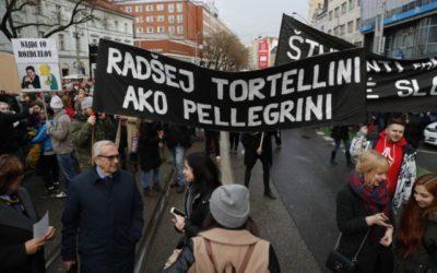 Premiér sa chce stretnúť s organizátormi protestov Za slušné Slovensko.