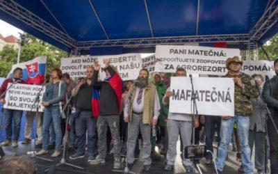 Za slušné Slovensko demonštrovali tisíce ľudí, vláda dostala päťku.