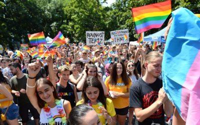 Všetky mainstreamové televízie uprednostnili dúhový pochod LGBTI pred pochodom Hrdí na rodinu.
