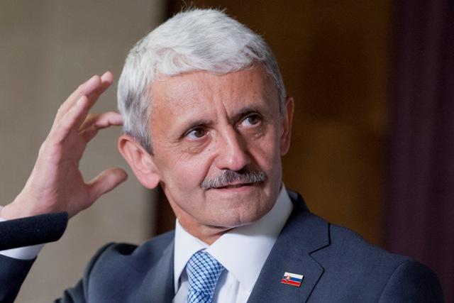Dzurinda a Mikloš radia: Odovzdajte zahraničnú politiku a obranu celkom do rúk centrálnej eurovlády. Zatiaľ ich za to nikto trestne nestíha. 1