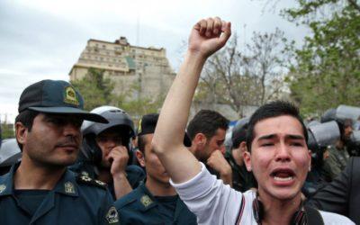 Pri útoku na vojenskú prehliadku v Iráne zahynulo osem ľudí.