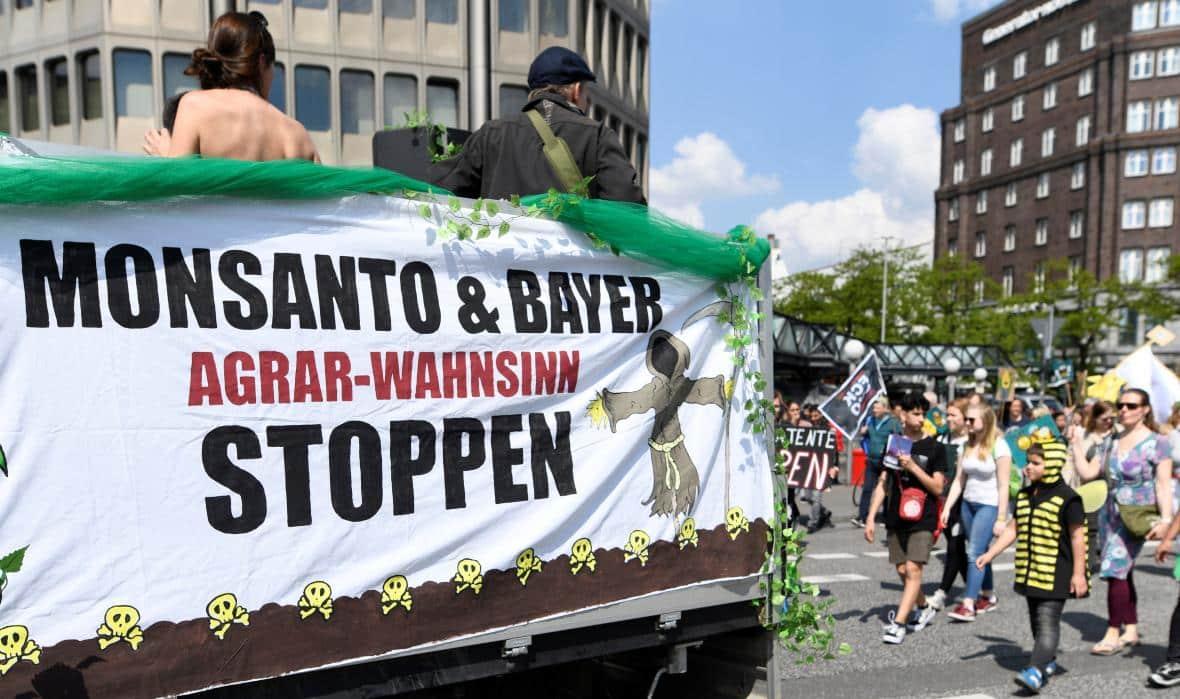Jak německý farmaceutický obr Bayer spolkl americkou legendu Monsanto. A jak se mu vzpříčila v krku. 1