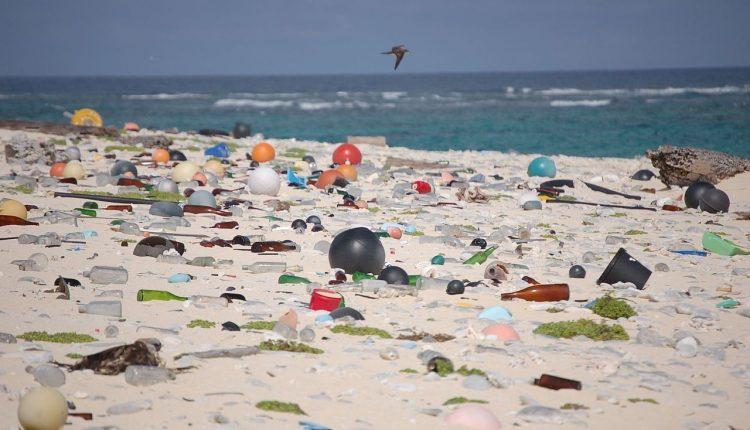 Ostrovy odpadků voceánu? Pod hladinou je jich čtyřikrát tolik 1