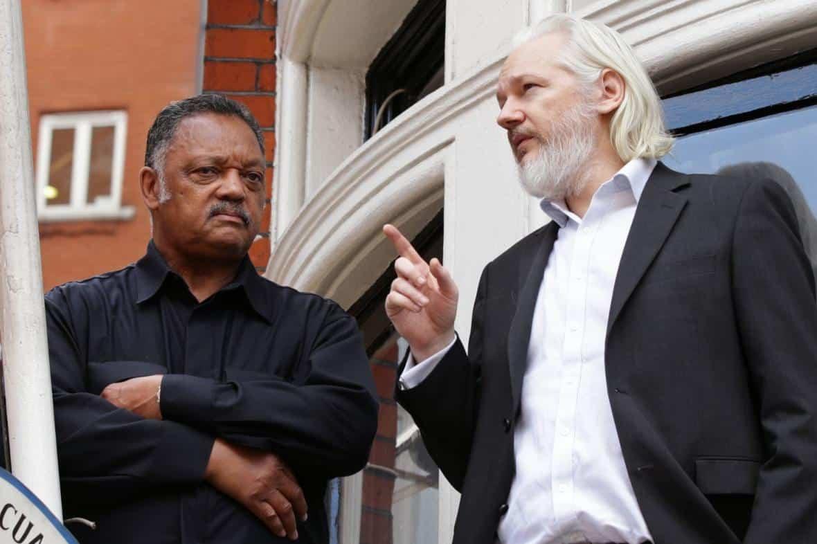 Assange stál za únikem e-mailů před volbami v USA. Byl ve spojení s Ruskem, píše CNN. 1