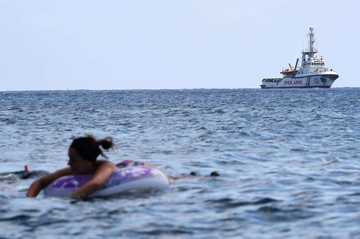 Španělsko nabídlo lodi Open Arms se stovkou migrantů svůj přístav, ta však odmítla. 1