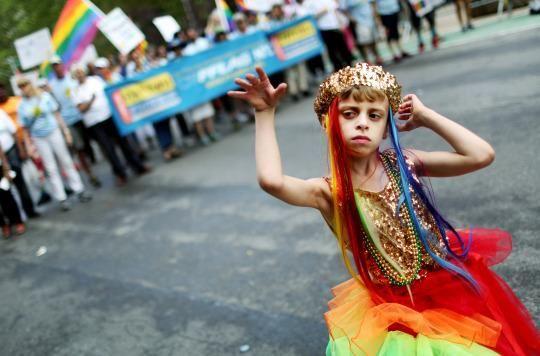 """Muži oblečení za ženy čítajú deťom rozprávky. Chlapec tancuje v gay bare. """"Homosexuálne práva"""" začínajú v USA narážať na odpor"""