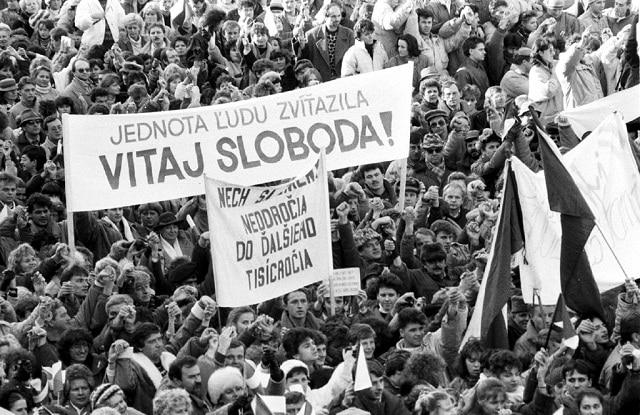 Prieskum verejnej mienky: Nežná revolúcia bola skôr dobrá, ale pracovití, slušní ľudia na ňu väčšinou doplácajú. 1