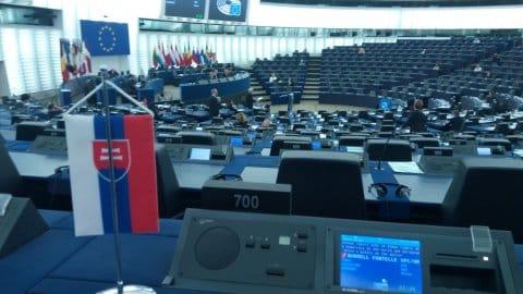 Štátne vlajočky musia zo stolov zmiznúť, rozhodol šéf europarlamentu. 1