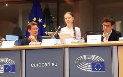 Komédia v europarlamente – Gréta vynadala europoslancom a tí jej za to tlieskali.