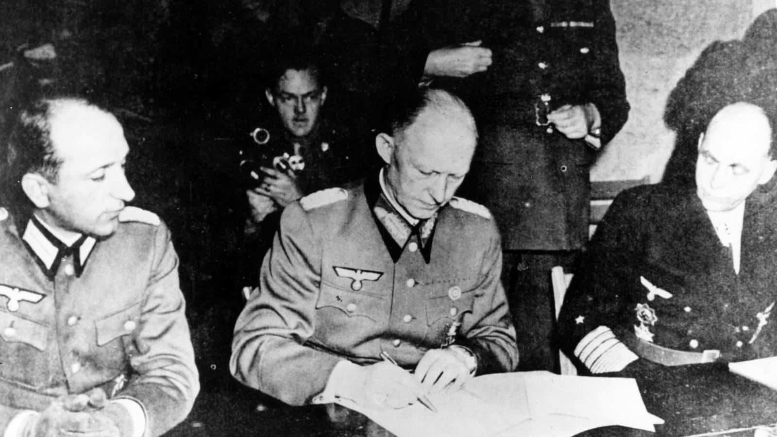 Před 75 lety složila Evropa zbraně. Dvakrát podepsaná kapitulace ale poukázala na novou prohlubující se propast. 1