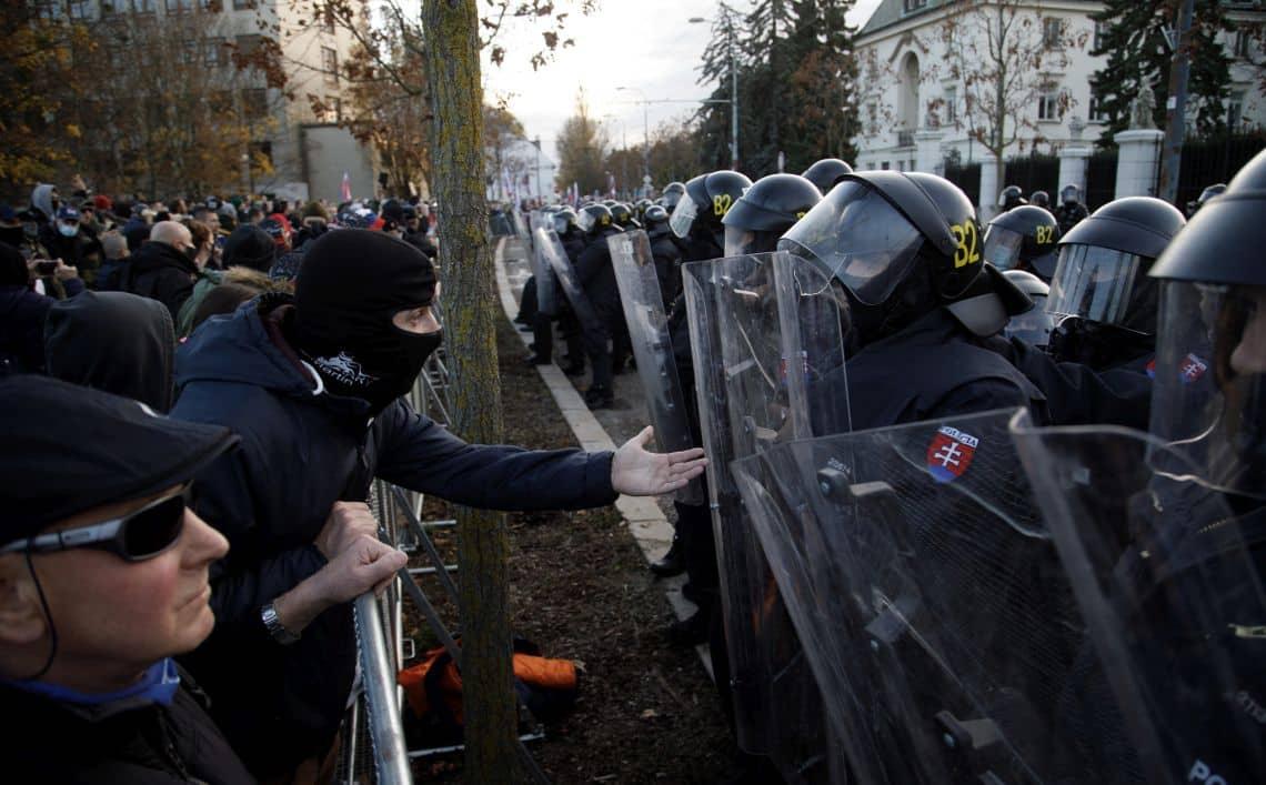 Pri úrade vlády lietali fľaše, Fico rečnil pred parlamentom. 1