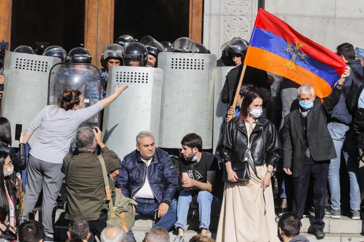Arménský ministr zahraničí rezignoval. V Jerevanu se opět demonstruje. 1