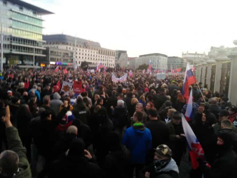 Minúta po minúte: 17. novembra tisíce ľudí v uliciach vyjadrujú svoj postoj k nariadeniam Matovičovej vlády. 1