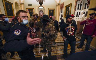 Trumpovi příznivci prorazili zábrany a vnikli do Kapitolu. Podle médií byla postřelena žena.