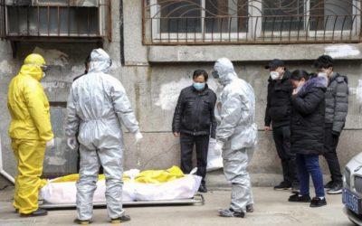 Manželka wuhanského virológa zomrela už pred pandémiou na koronavírus. Čína mesiac skrývala skutočnosť, že vírus je pre ľudí infekčný.