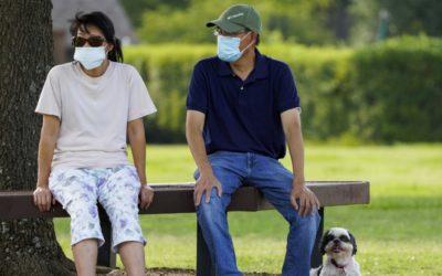 Niektorí Američania chcú rúška nastálo. Cítia sa v nich chránení pred chorobami aj nepríjemnými pohľadmi.