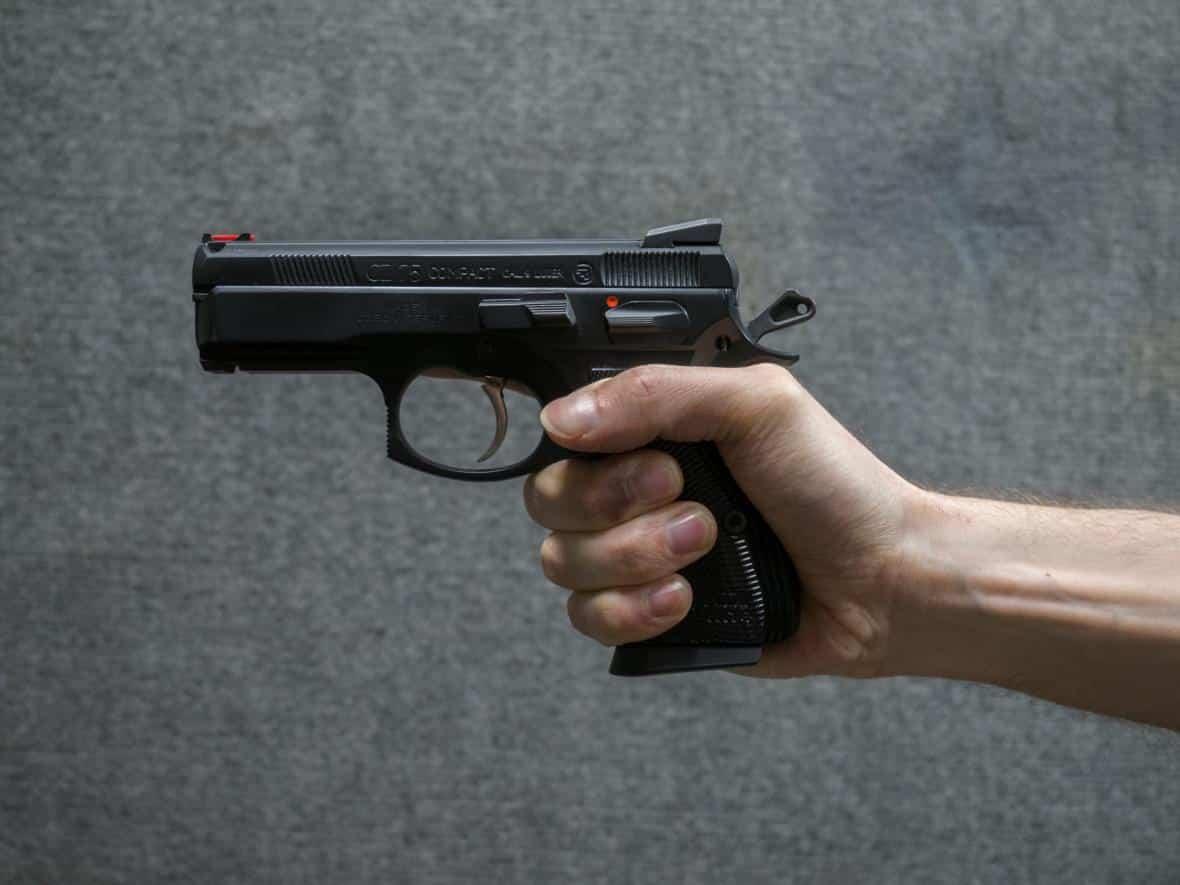 Češi budou mít právo bránit sebe i ostatní se zbraní v ruce, rozhodli poslanci. 1