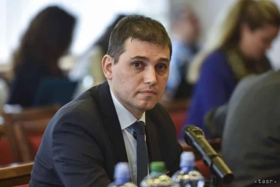 Parlamentný výbor odporučil odvolať Adriána Sz. z postu šéfa inšpekcie. 1