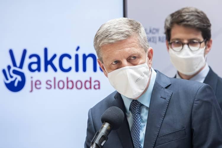 Povinné očkovanie zdravotníkov i seniorov: Podľa ministra zdravotníctva to musí posúdiť rezort spravodlivosti. 1