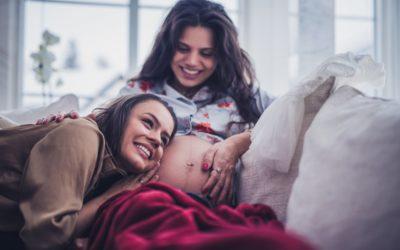 Těhotenství i pro svobodné a lesby. Francie přijme zákon o asistované reprodukci a bioetice.