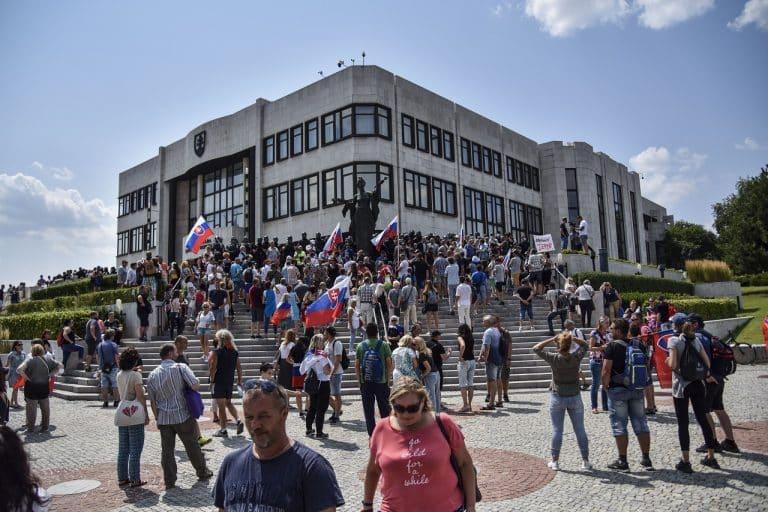 Pred budovou parlamentu pokračuje protest. 1