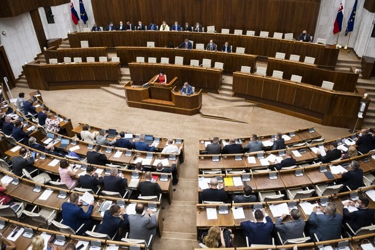 Poslanci mimoriadne zasadajú do lavíc. Lengvarský chce vnútroštátne digitálne očkovacie preukazy, bez ktorých občania nebudú môcť využívať rôzne služby. 1