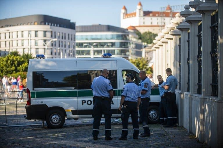Dostál je presvedčený, že polícia mala voči protestujúcim zákonný dôvod zakročiť. Exminister Kaliňák: Pokiaľ nedochádza k ničeniu verejného, alebo súkromného majetku, polícia zasiahnuť nemôže. 1
