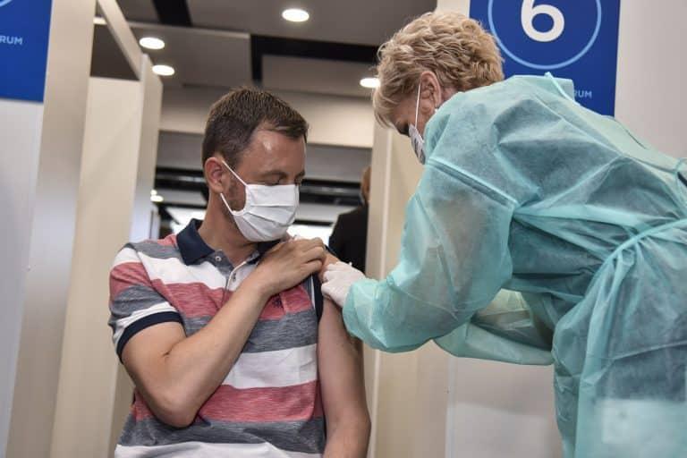 Heger protestujúcim rozumie. Ale očkovanie považuje za jediný efektívny nástroj v boji s pandémiou. Taraba dáva do pozornosti čísla z Izraela: Ak sa na Slovensku vláda bude tváriť, že zaočkovaný znamená neinfekčný, tretia vlna covidu bude toho výsledkom. 1
