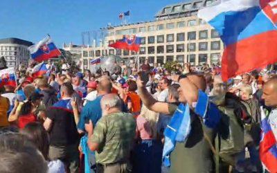 Pred Prezidentským palácom sa zišli stovky demonštrantov. Prezidentka dala na dva dni zavrieť záhradu.