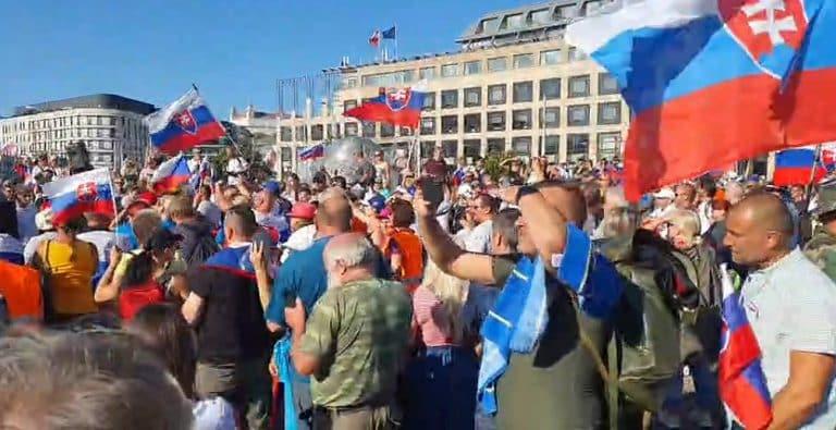 Pred Prezidentským palácom sa zišli stovky demonštrantov. Prezidentka dala na dva dni zavrieť záhradu. 1