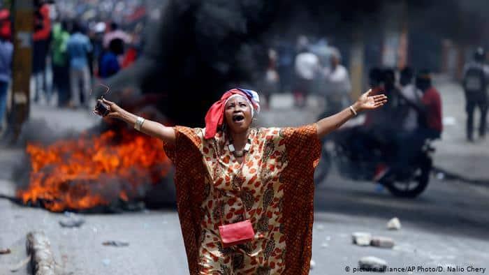 Násilí v ulicích zbídačeného Haiti po smrti prezidenta roste. Vláda chystá volby, gangy revoluci. 1