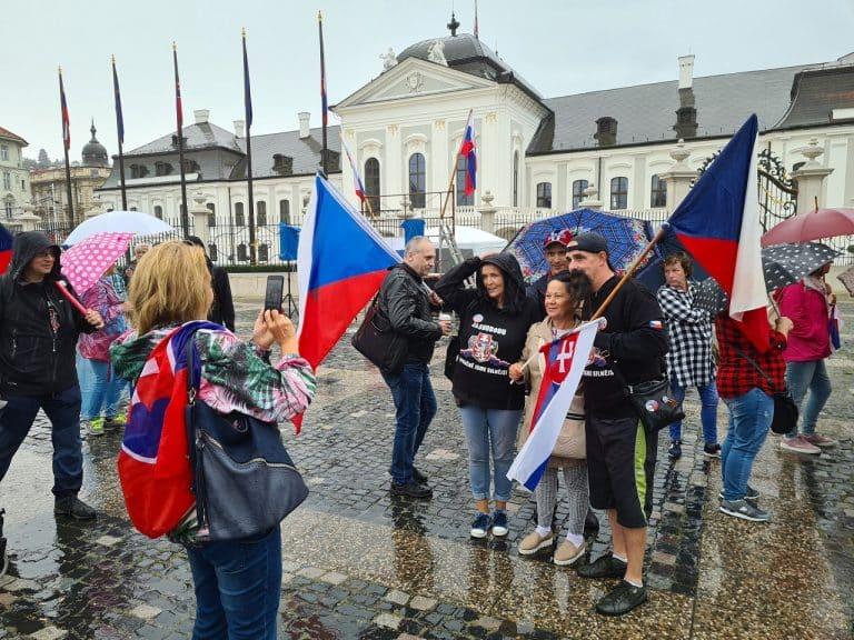 Pred Grasalkovičovým palácom v Bratislave protestujú zatiaľ desiatky ľudí. 1