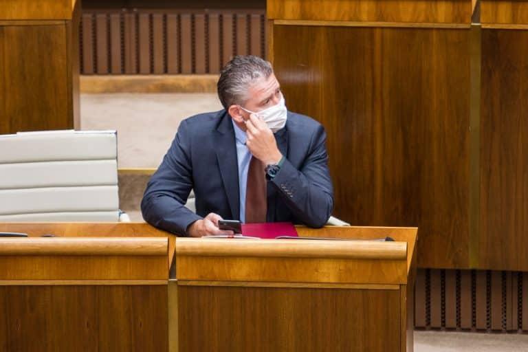 """Laurenčík ukončil diskusiu k odvolávaniu Mikulca, hlasovať sa má v piatok. O ministrovi Mikulcovi ešte vyjdú """"strašné veci"""", hovorí šéf Smeru-SD. 1"""