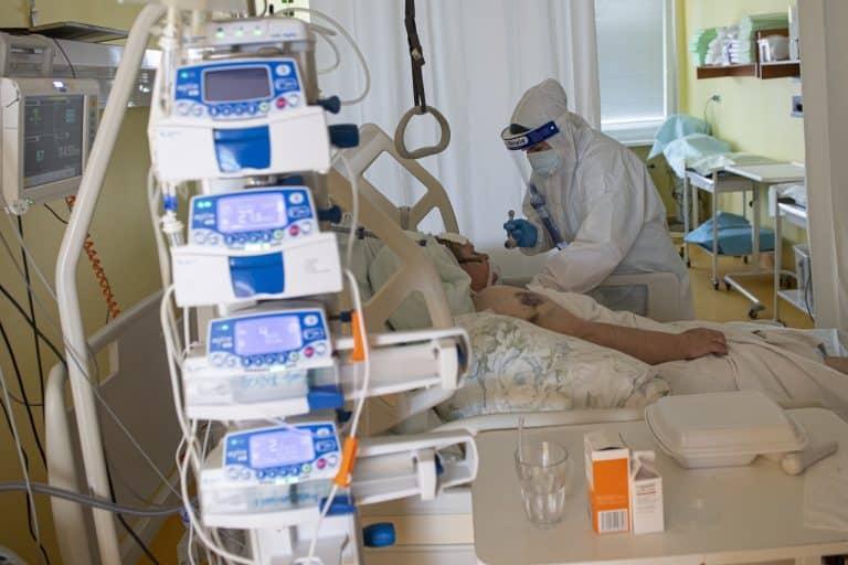 V Českej republike tvorili až jednu tretinu pacientov na Jednotkách intenzívnej starostlivosti plne zaočkované osoby. 1