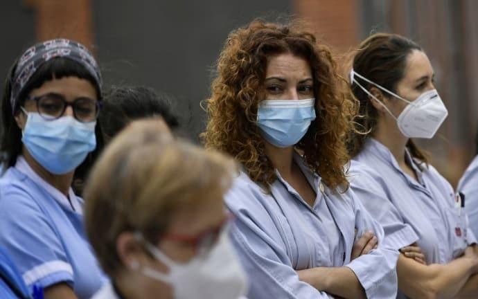Tisícky nezaočkovaných francúzskych zdravotníkov dočasne prepustili. 1
