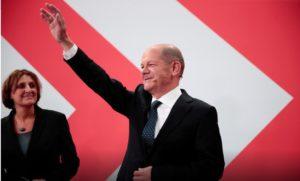 Německé volby vyhrála podle stanice ZDF sociální demokracie, podle ARD je výsledek vyrovnaný. 9
