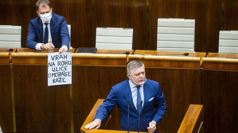 """V parlamente sa začalo odvolávanie Romana Mikulca z funkcie ministra vnútra. Pozrite si úvodný prejav Fica a Matovičov transparent o """"vrahovi"""". 1"""