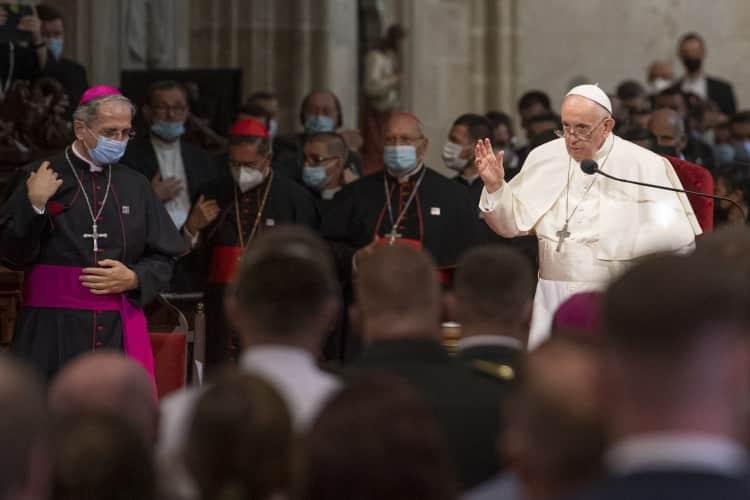 Františkov príhovor v katedrále: Cirkvi, ktorá nedáva priestor dobrodružstvu slobody, hrozí, že sa stane rigidnou. 1