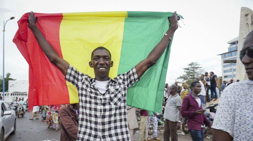 Tisíce ľudí demonštrovali v hlavnom meste Mali na podporu vládnucej junty a proti Francúzsku. 1